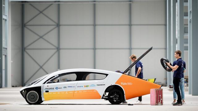 Zonneauto en studenten Solar Team Eindhoven naar Australië