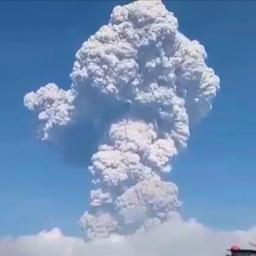 Vulkaan op Sumatra spuwt aswolk kilometers de lucht in