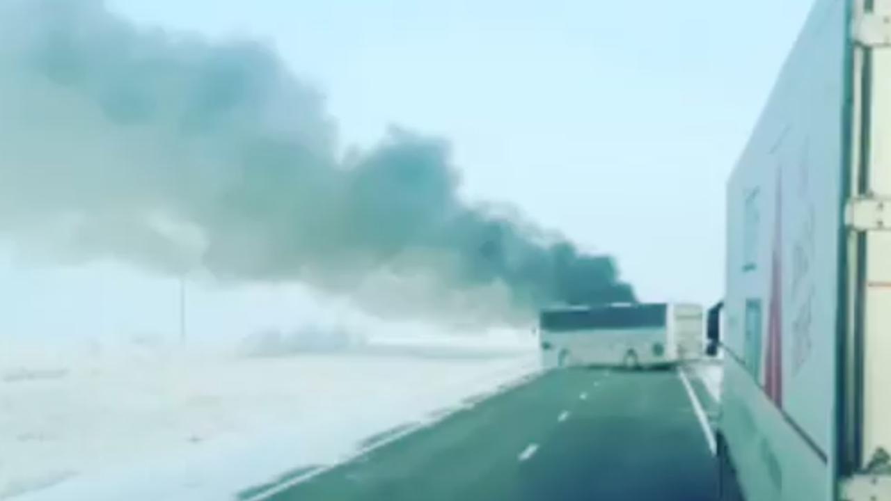 Chauffeur filmt brandende bus in Kazachstan