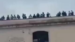 Italiaanse gevangenen beklimmen dak om coronamaatregelen