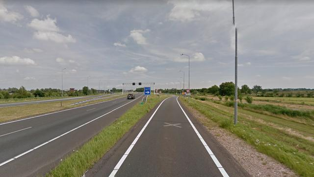 Vrachtwagen rijdt tegen paal bij eenzijdig ongeval op N11