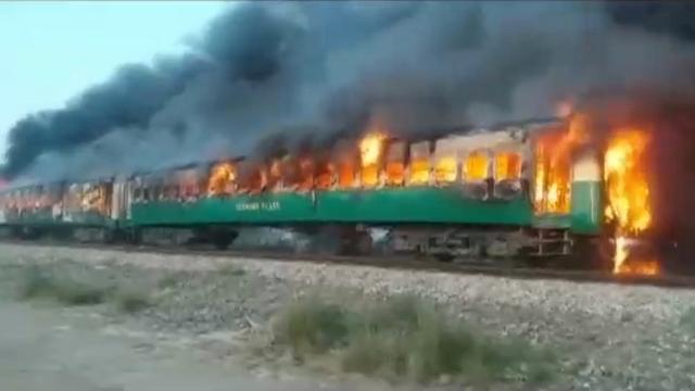 Dodental na brand in Pakistaanse trein opgelopen tot 73