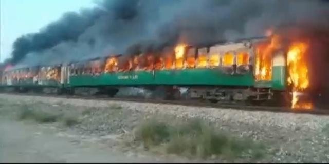 Zeker 65 doden na brand in Pakistaanse trein