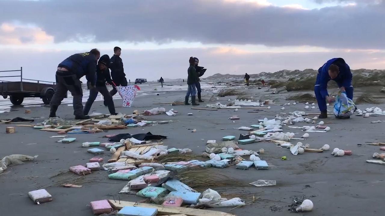 Strandjutters slaan slag op Terschelling na aanspoelen containers