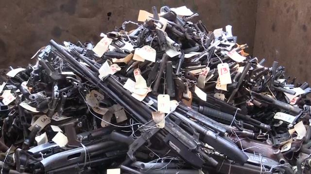 El Salvador vernietigt 1.925 in beslag genomen wapens door smelting