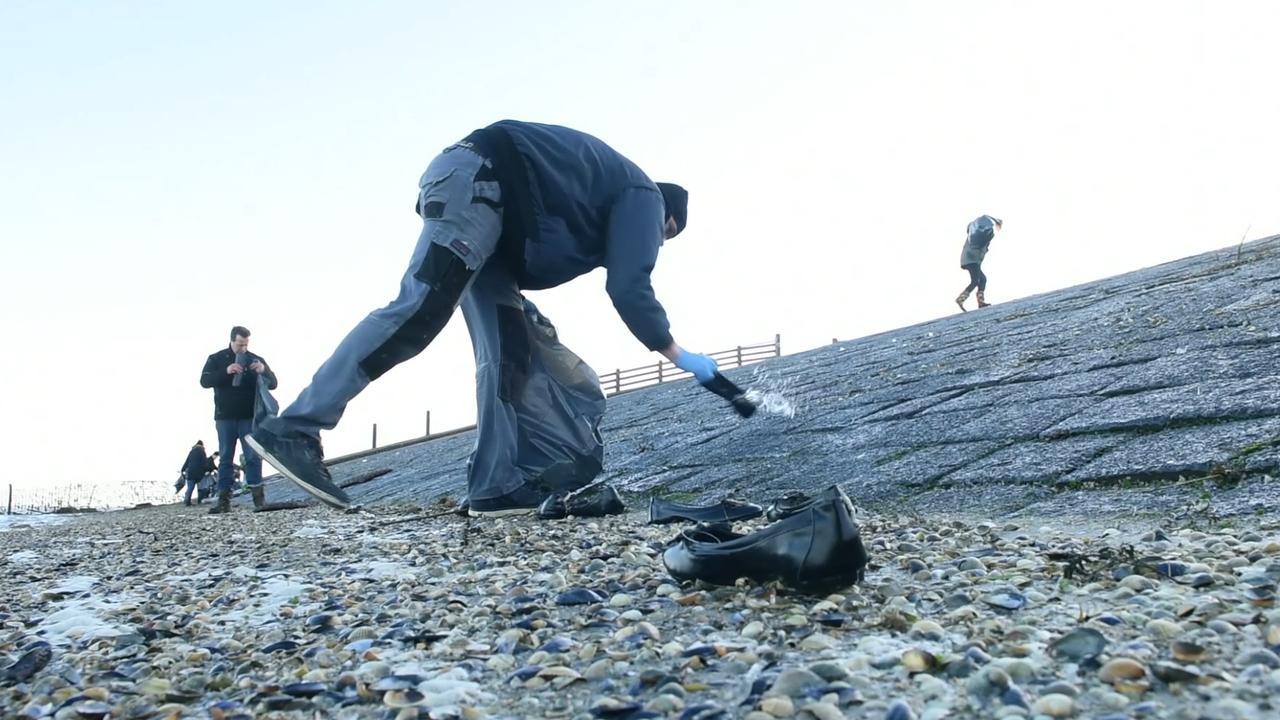 Vrijwilligers ruimen troep containers op bij Moddergat