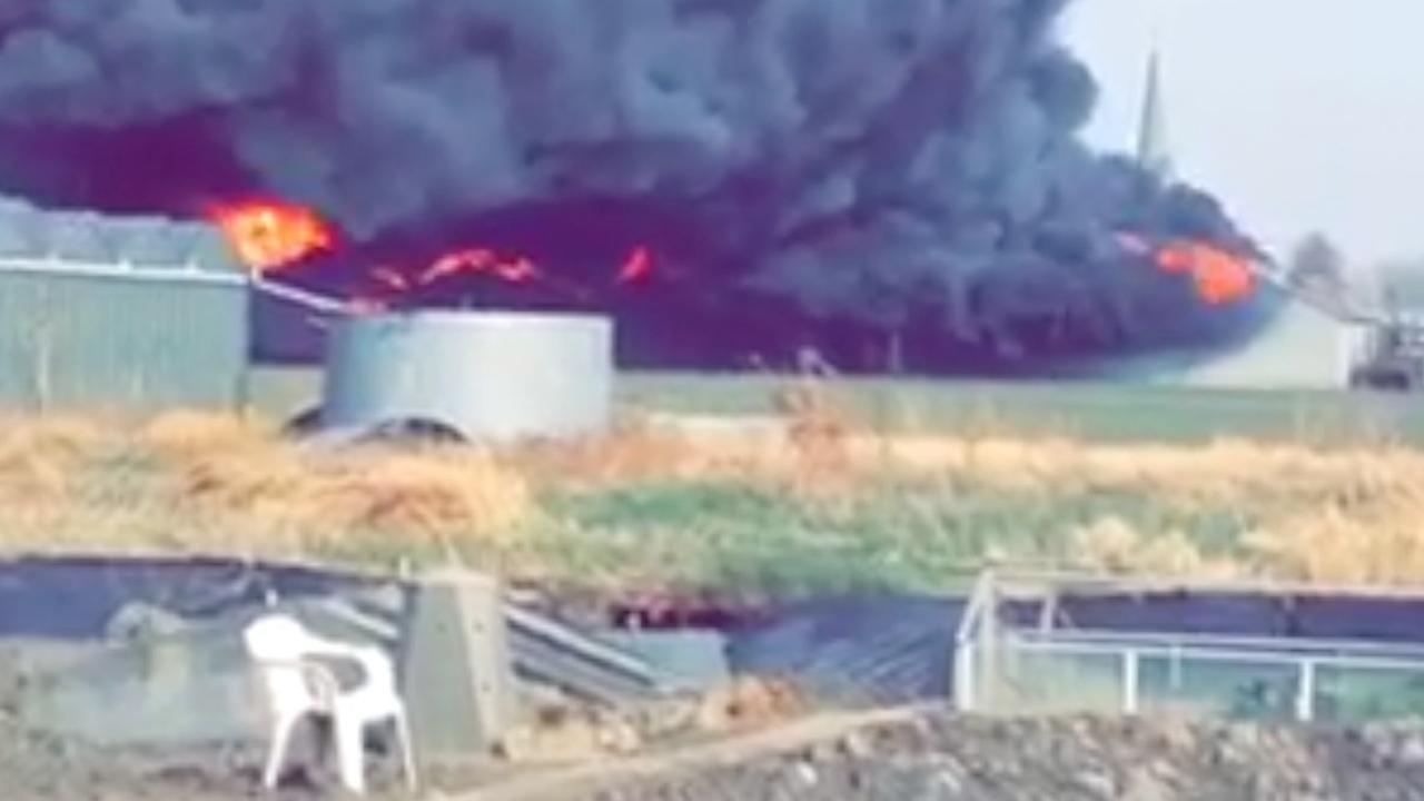 Grote brand in bedrijfspand Nibbixwoud
