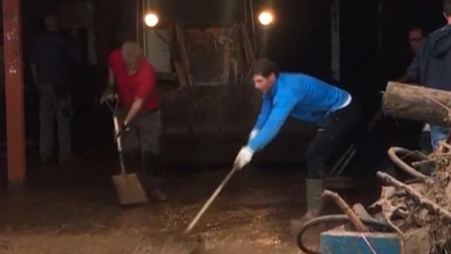 Rafael Nadal helpt met opruimen na overstromingen op Mallorca