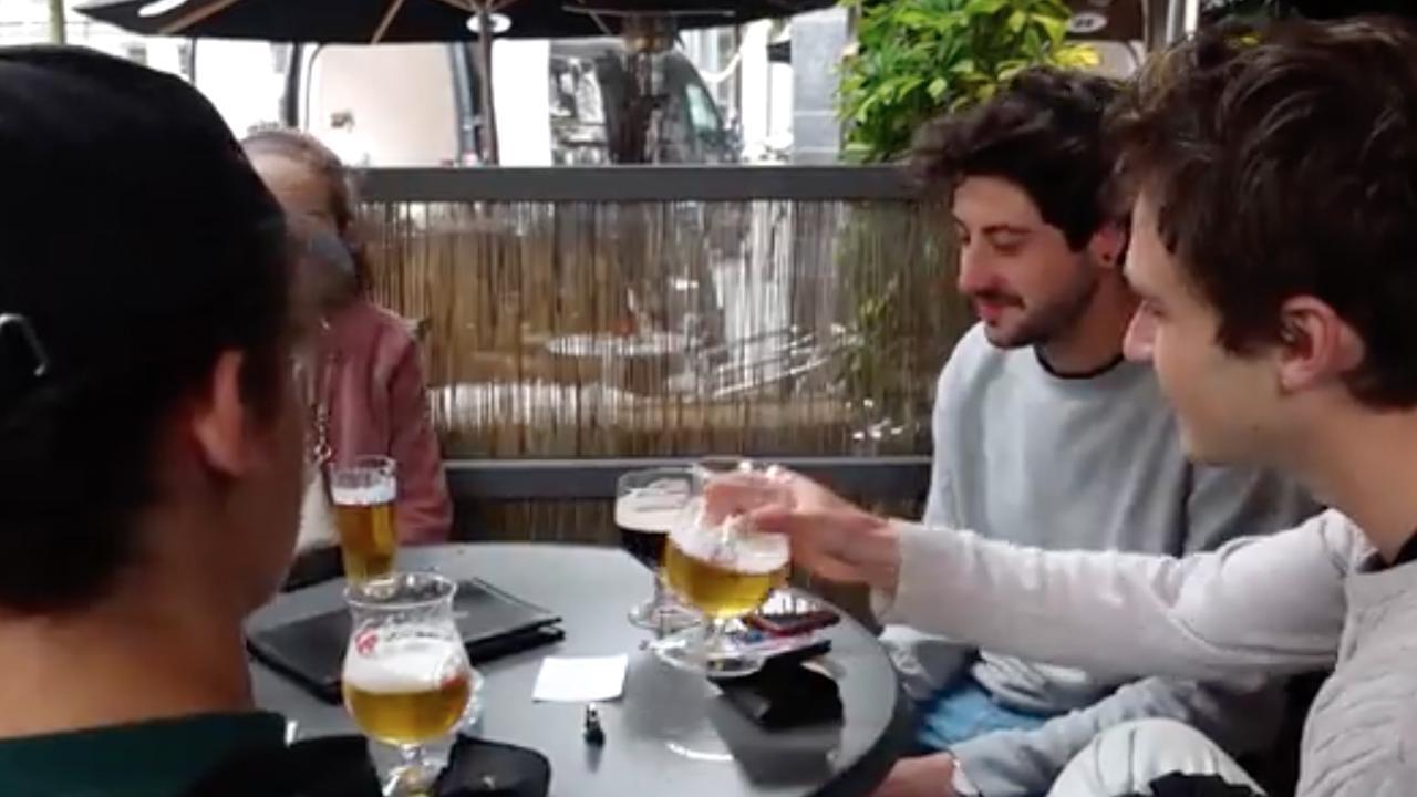 Gespannen Belgische fans al aan het bier in Antwerpen