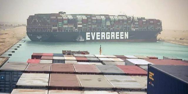 Vastgelopen containerschip in Suezkanaal weer deels rechtgetrokken