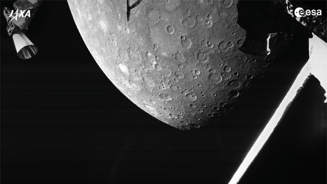 Een van de foto's die de ruimtesonde BepiColombo maakte op 2.418 kilometer van het oppervlak van Mercurius.