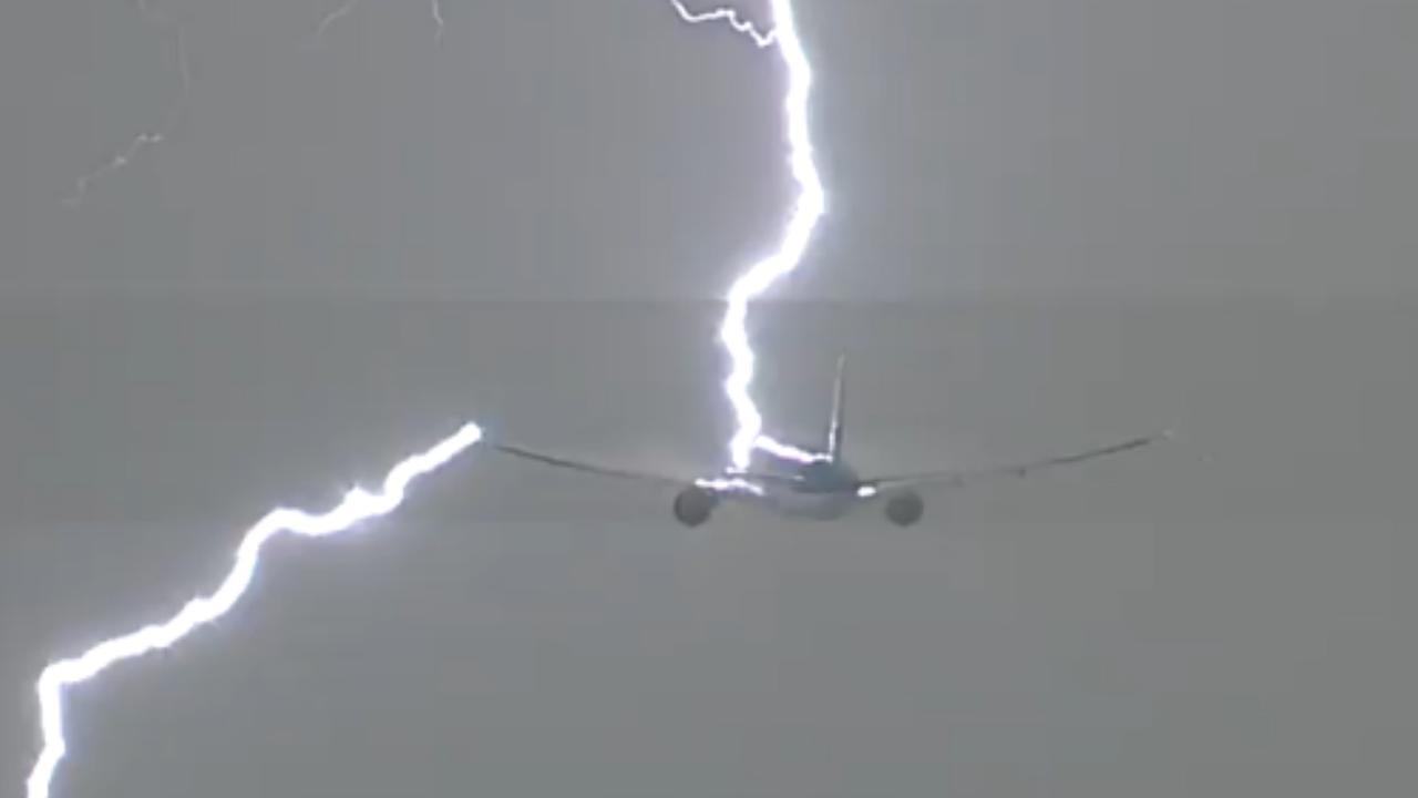 Vliegtuig KLM kort na vertrek van Schiphol geraakt door bliksem