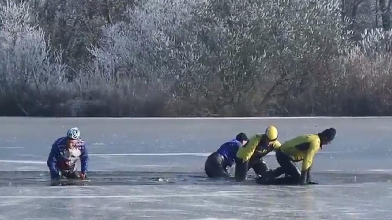 Schaatsers zakken door ijs op het Nannewijd bij Oudehaske