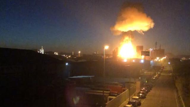 Bijna een miljoen mensen moeten schuilen na explosie Spaanse fabriek