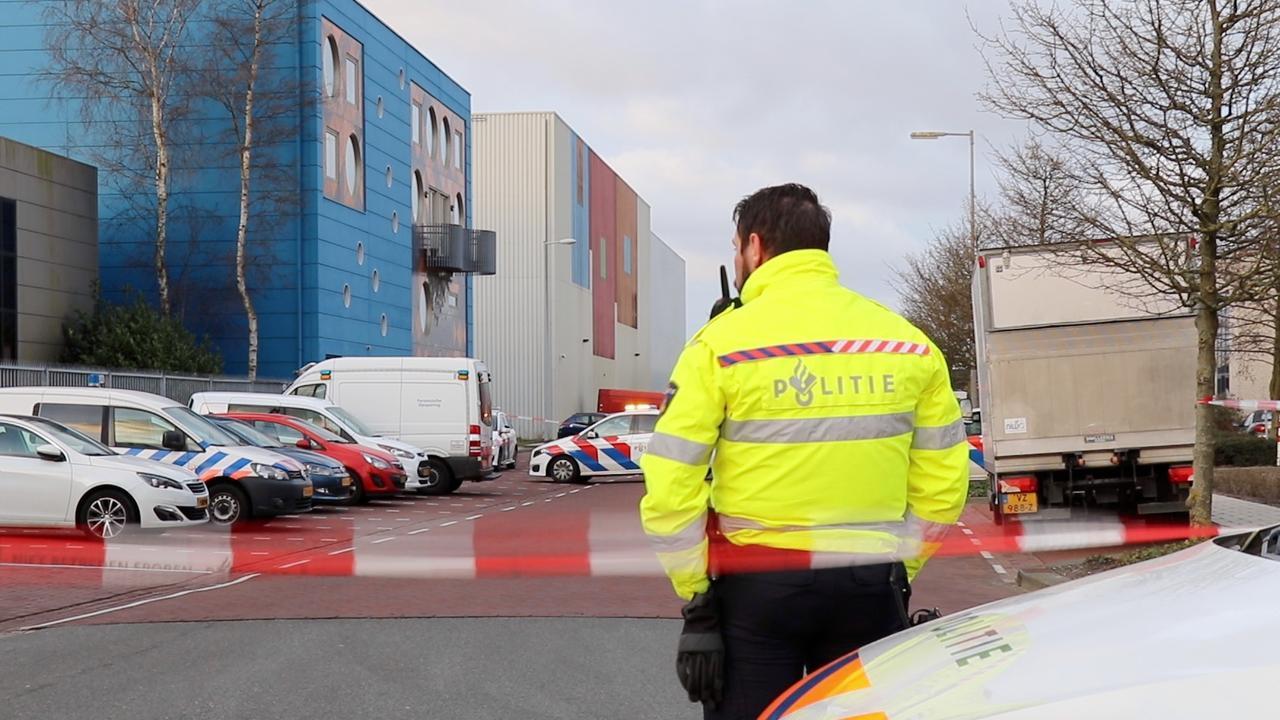 Politie aanwezig bij bedrijventerrein in Amsterdam na ontploffen bombrief