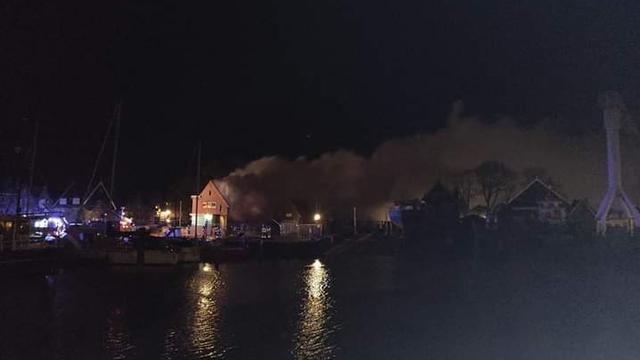 Grote brand in havenmeesterswoning leidt tot veel rook in Urk