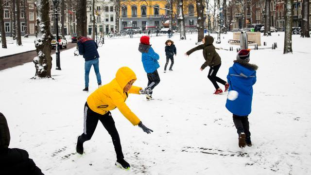 Een sneeuwballengevecht in Den Haag.