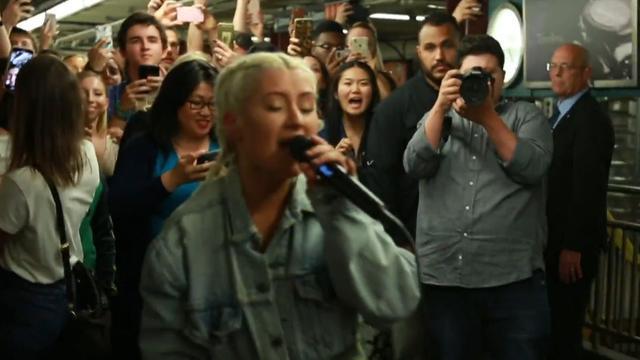 Christina Aguilera verrast metroreizigers New York met optreden