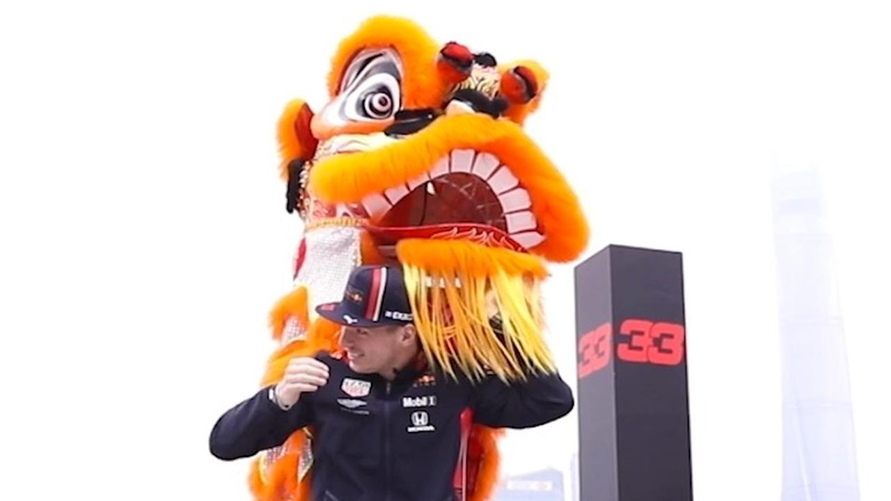 Verstappen 'verkleedt' zich als Chinese leeuw in Sjanghai
