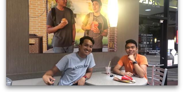 Aziatische student hangt zelfgemaakte protestposter in McDonald's Texas