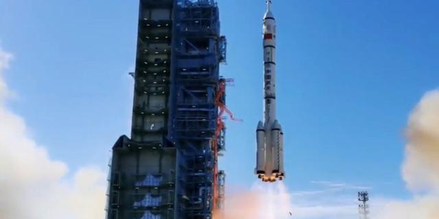 China lanceert succesvol drie taikonauten naar eigen ruimtestation