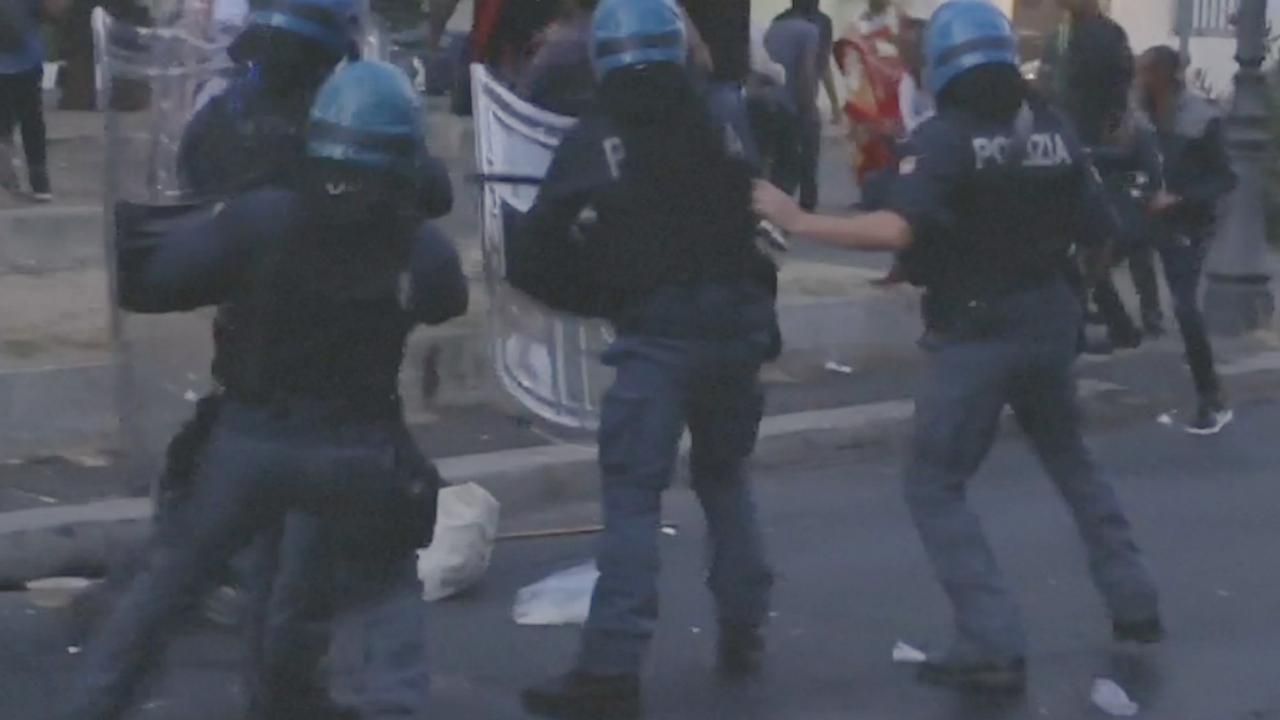 Italiaanse politie verwijdert vluchtelingen hardhandig van plein in Rome