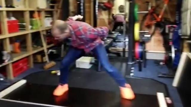 Erben Wennemars laat zien hoe schaatsplank gemaakt wordt