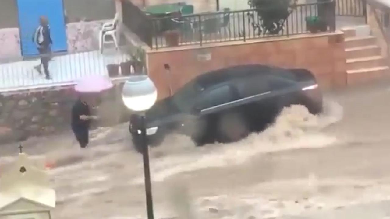 Enorme watermassa raast door Spaanse straten