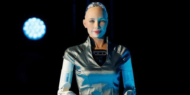 Bedrijf wil mensachtige robot Sophia na cryptokunstverkoop popartiest maken