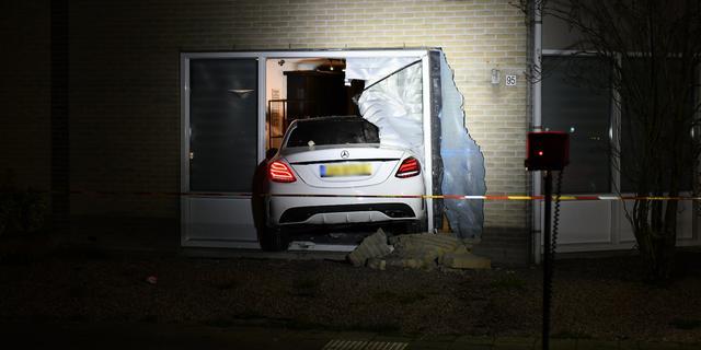 Auto rijdt woonkamer binnen in Hoorn, geen gewonden