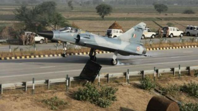 Gevechtsvliegtuig landt op snelweg in India