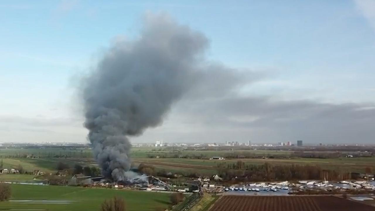 Drone filmt grote rookpluimen door brand IJsselstein