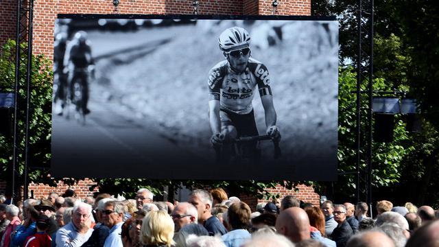 Honderden mensen nemen afscheid van wielrenner Lambrecht