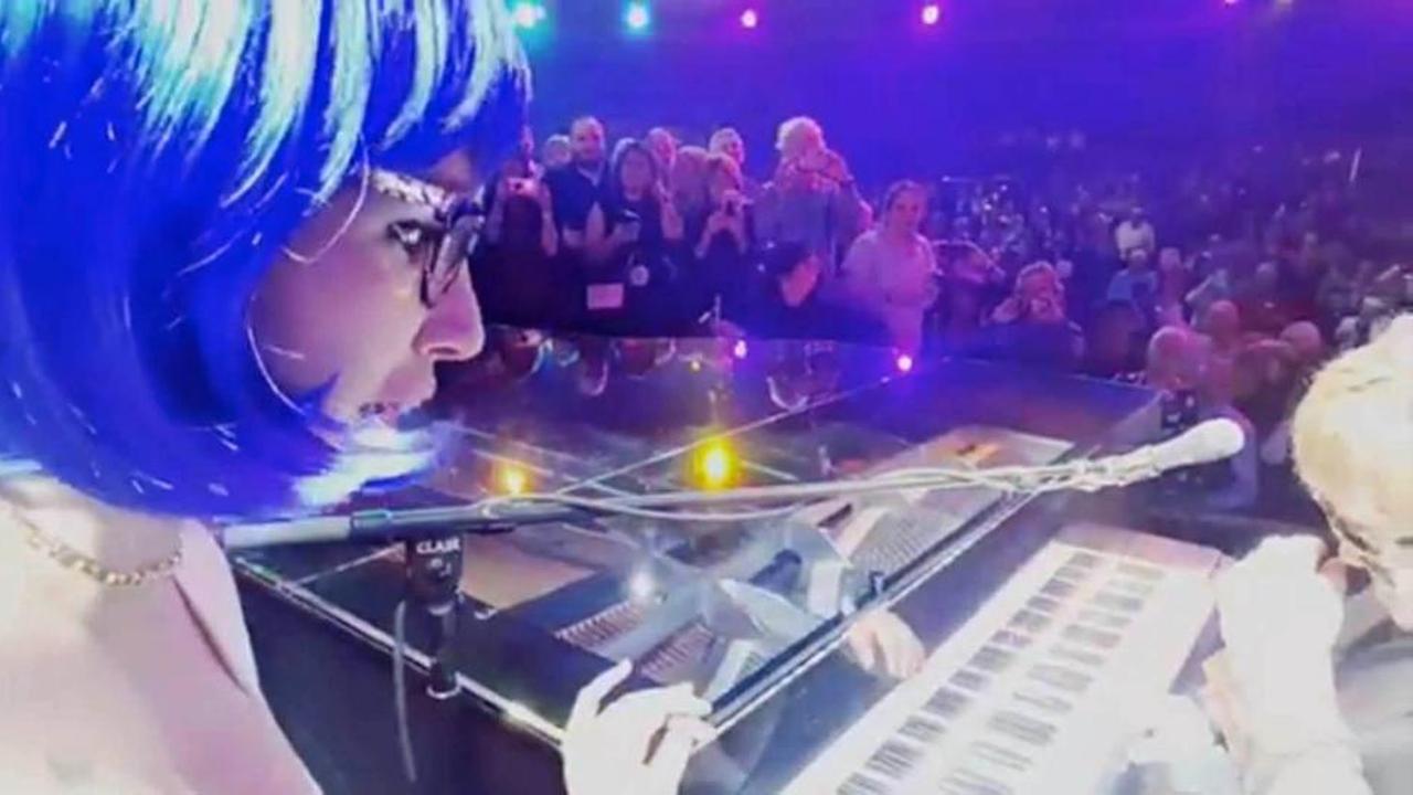 Ketting raakt Elton John in gezicht tijdens optreden
