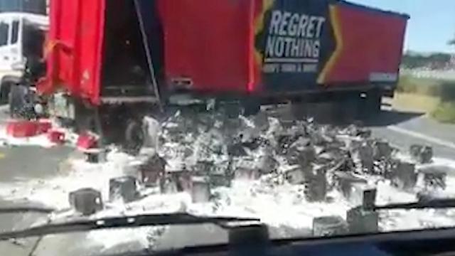 Bier stroomt uit vrachtwagen na onhandige draai in Zuid-Afrika