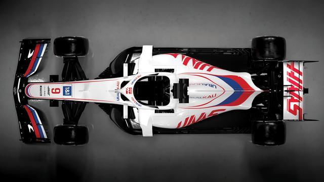 De nieuwe auto van Haas heeft de kleuren rood, wit en blauw op de voorvleugel.