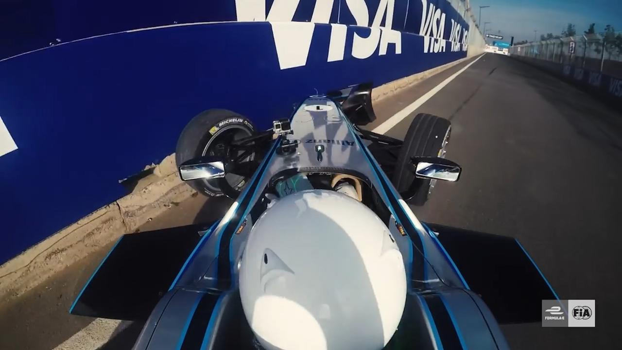 Orlando Bloom rijdt Formula E-auto kapot in Marrakesh