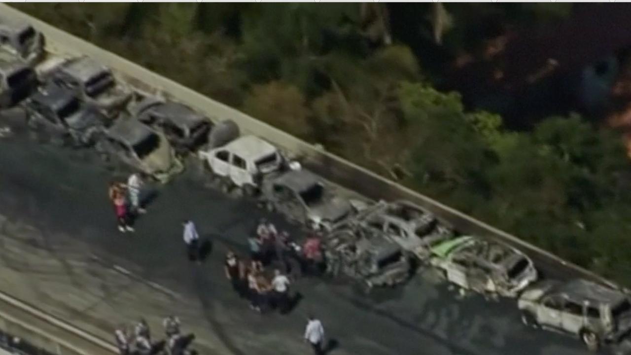 Kettingbotsing met 36 auto's leidt tot grote brand op snelweg São Paulo
