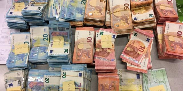 Twee mannen opgepakt wegens witwassen na vondst 1 miljoen euro in auto