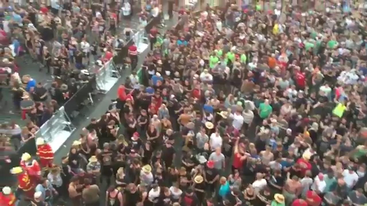 Bezoekers Rock am Ring zingen 'You'll never walk alone' tijdens evacuatie