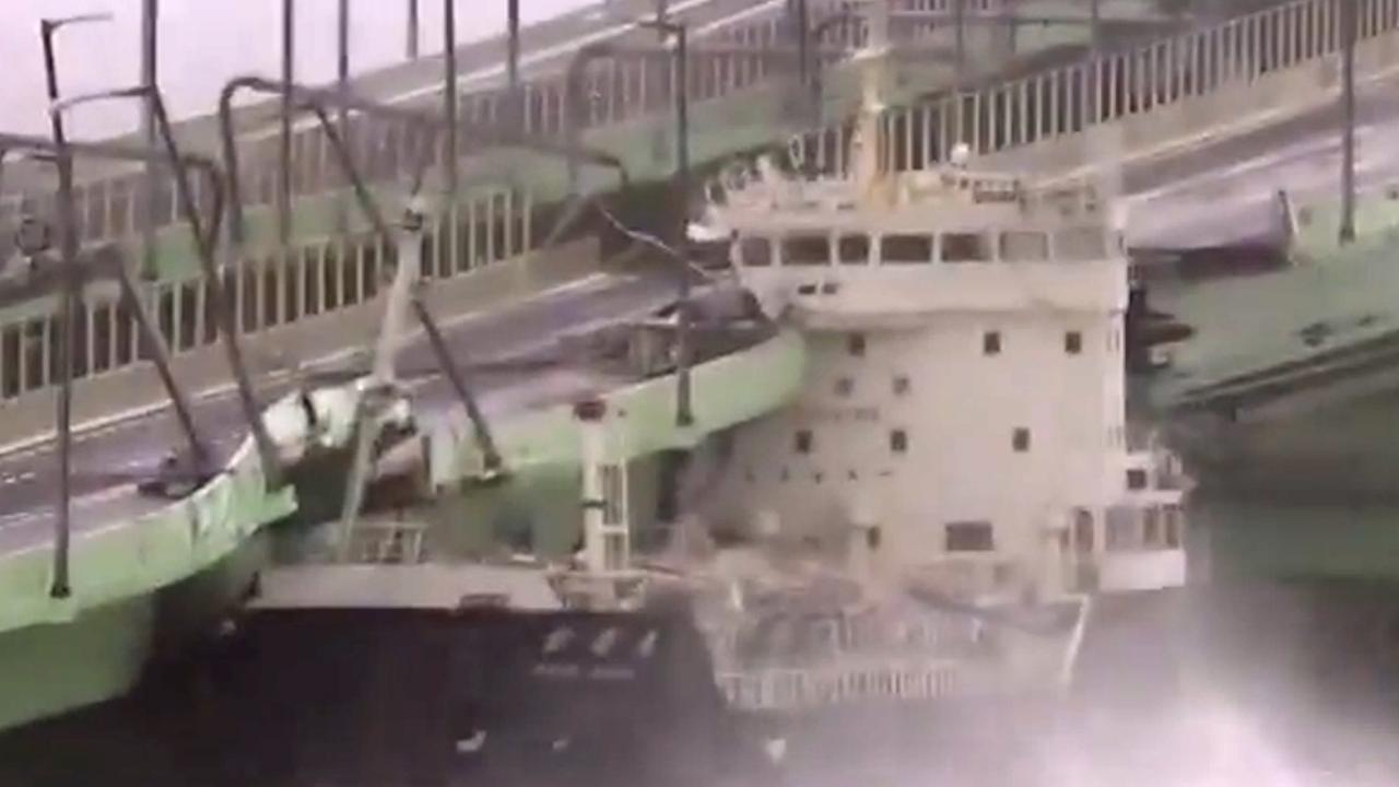 Tyfoon blaast schip tegen brug bij grote luchthaven Japan