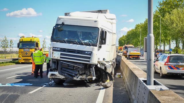 Zes gewonden na vrachtwagen door vangrail op A12, weg volledig afgesloten