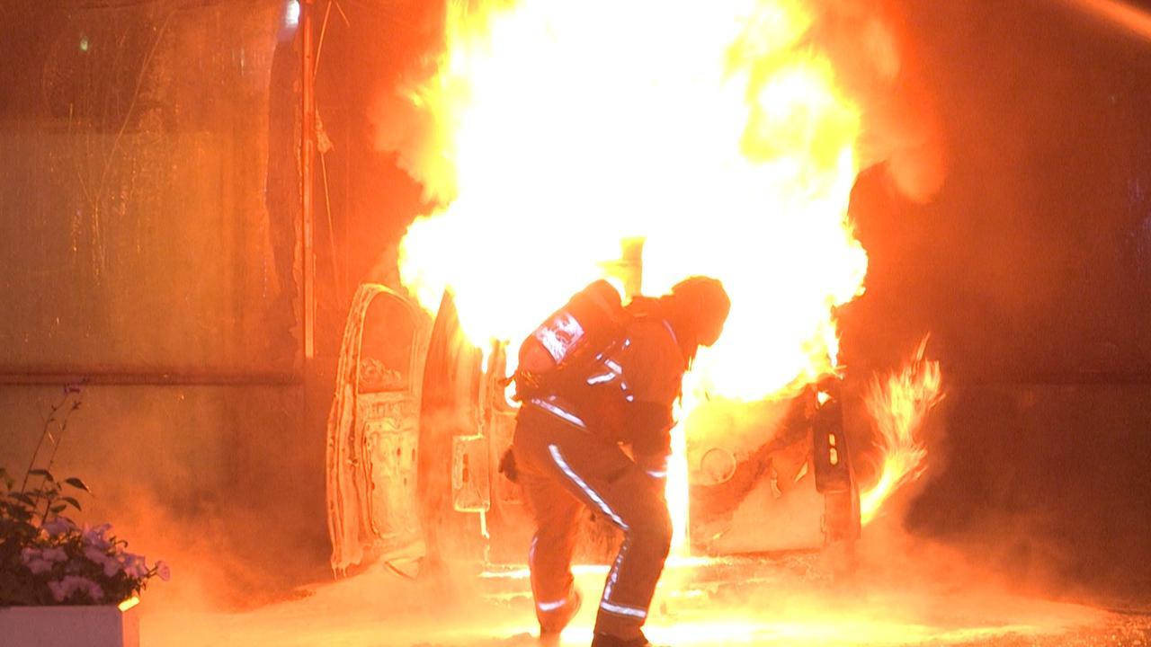 Grote vlammen slaan uit busje na rammen pand De Telegraaf