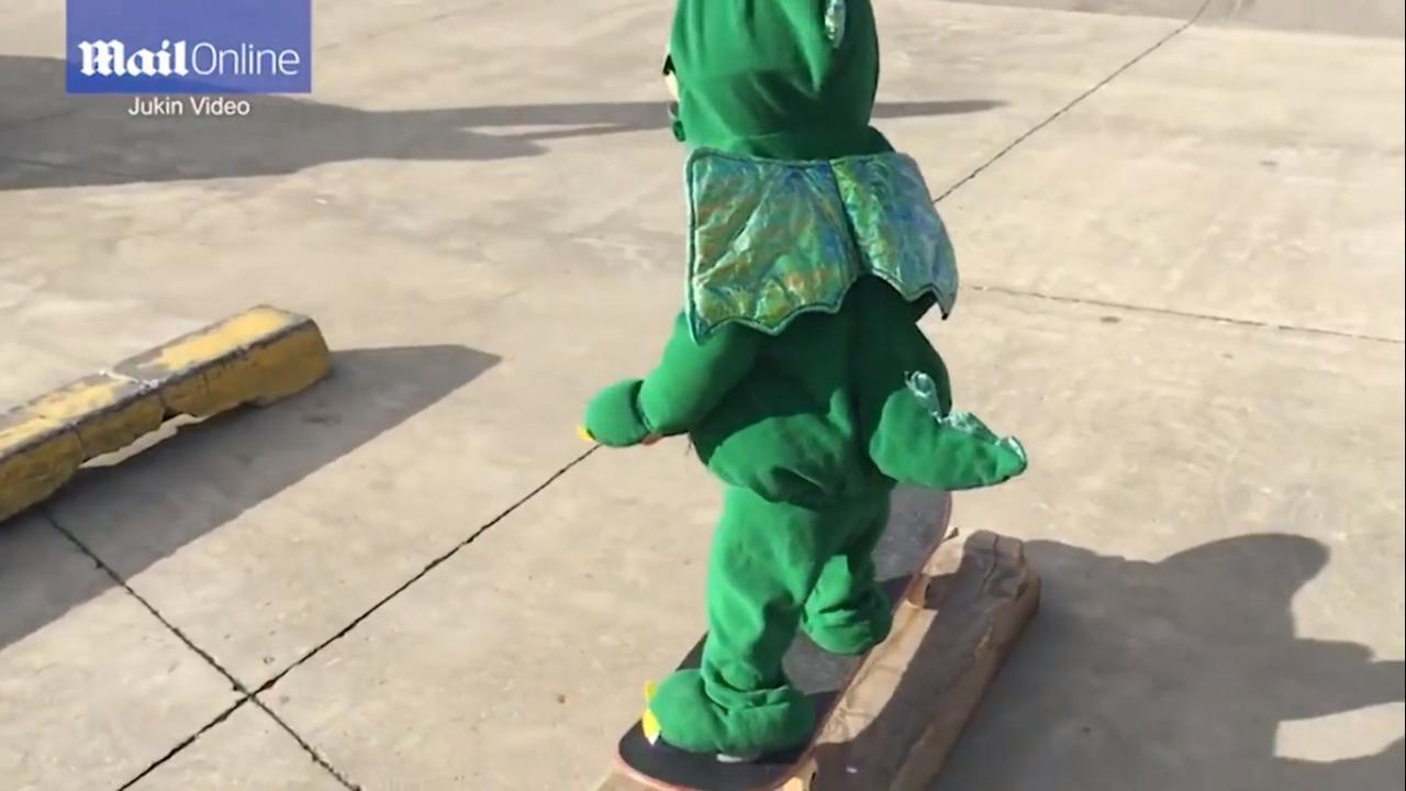 Jongetje in krokodillenpak laat skateboardskills zien