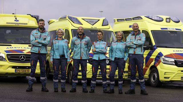 Ambulancepersoneel Noord-Nederland krijgt nieuwe turquoise outfit