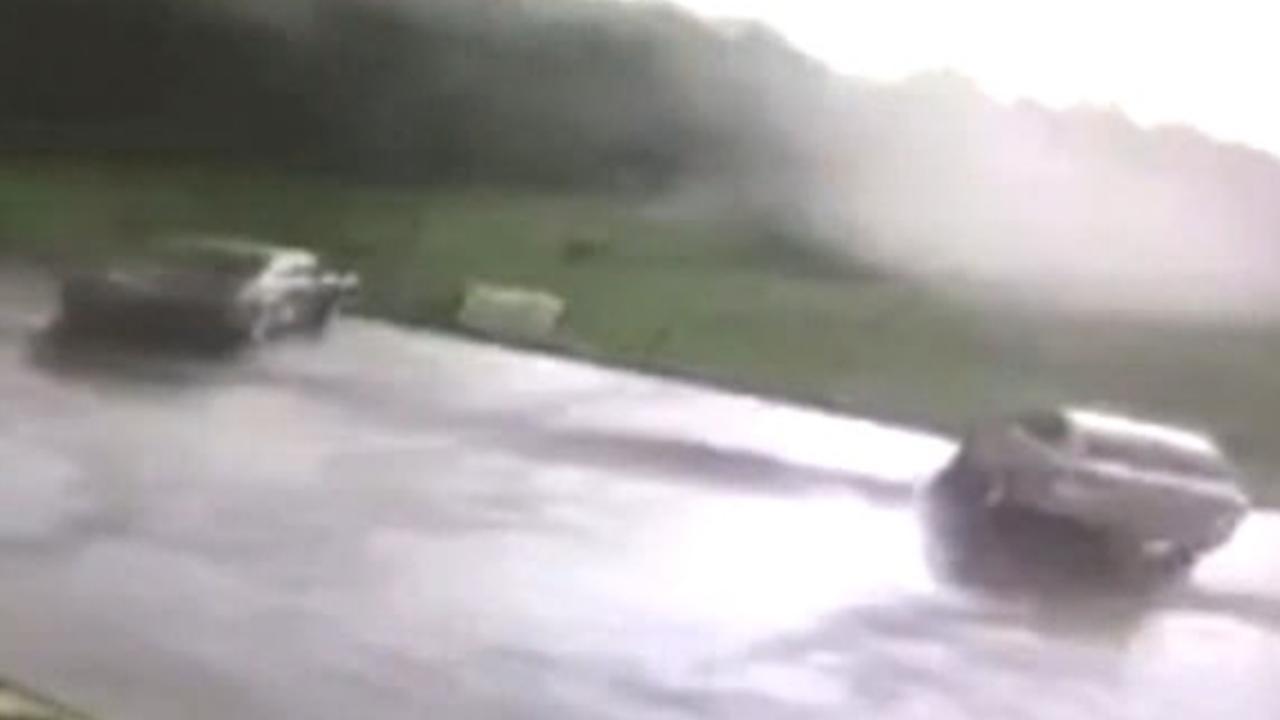 Tornado slingert auto de lucht in op parkeerplaats in VS