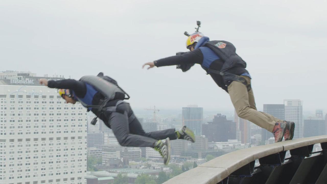 Basejumpers springen van Euromast af in Rotterdam