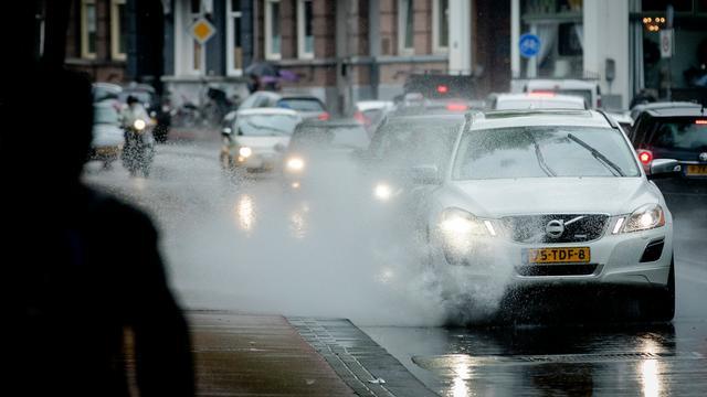 Auto neemt bijna helft van ruimte Amsterdam in beslag