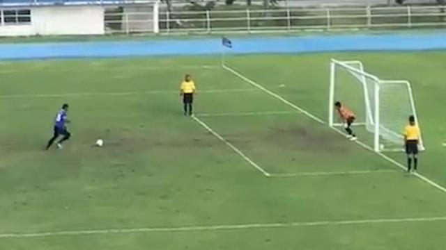Voetballer scoort penalty op bizarre wijze in Bangkok
