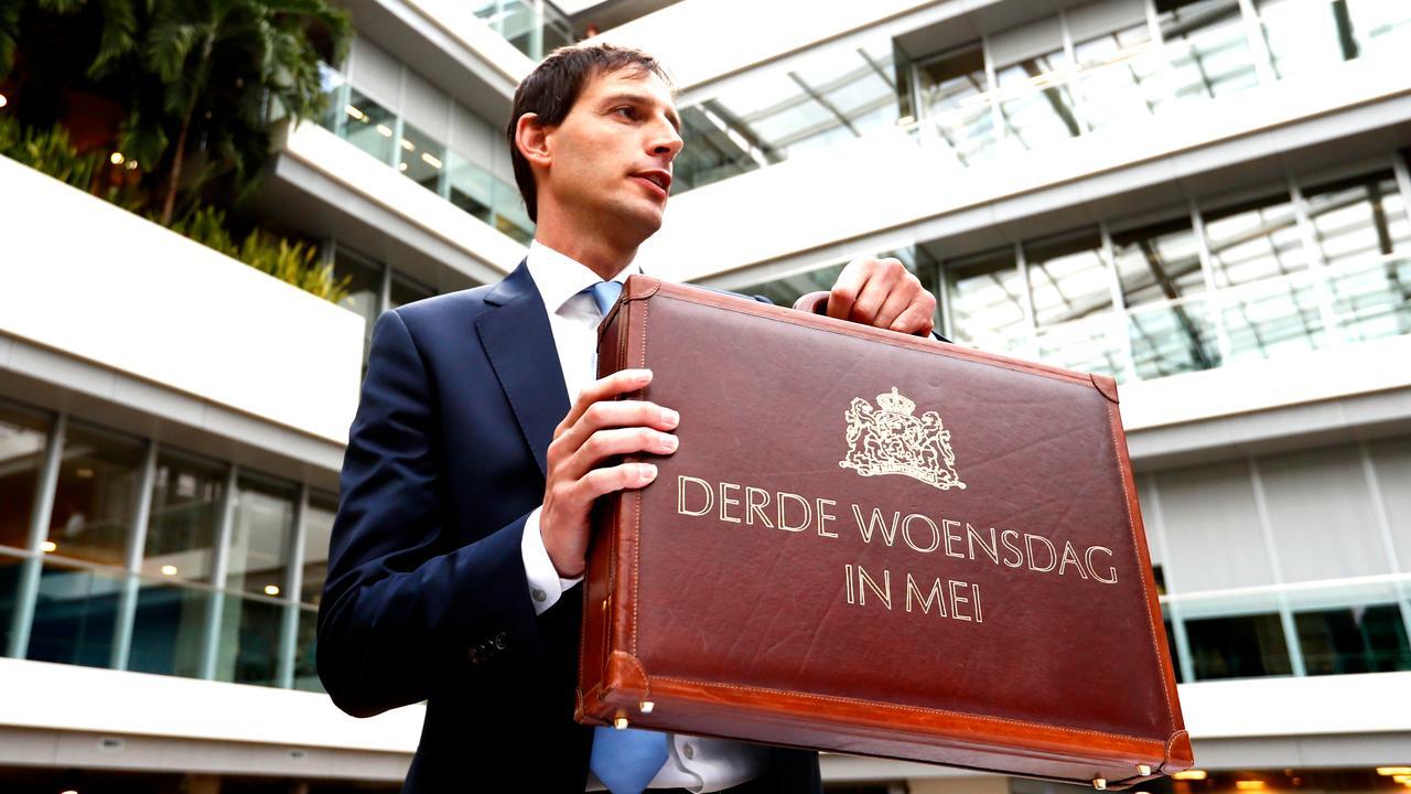Minister Hoekstra overweegt teugels Belastingdienst strakker aan te trekken